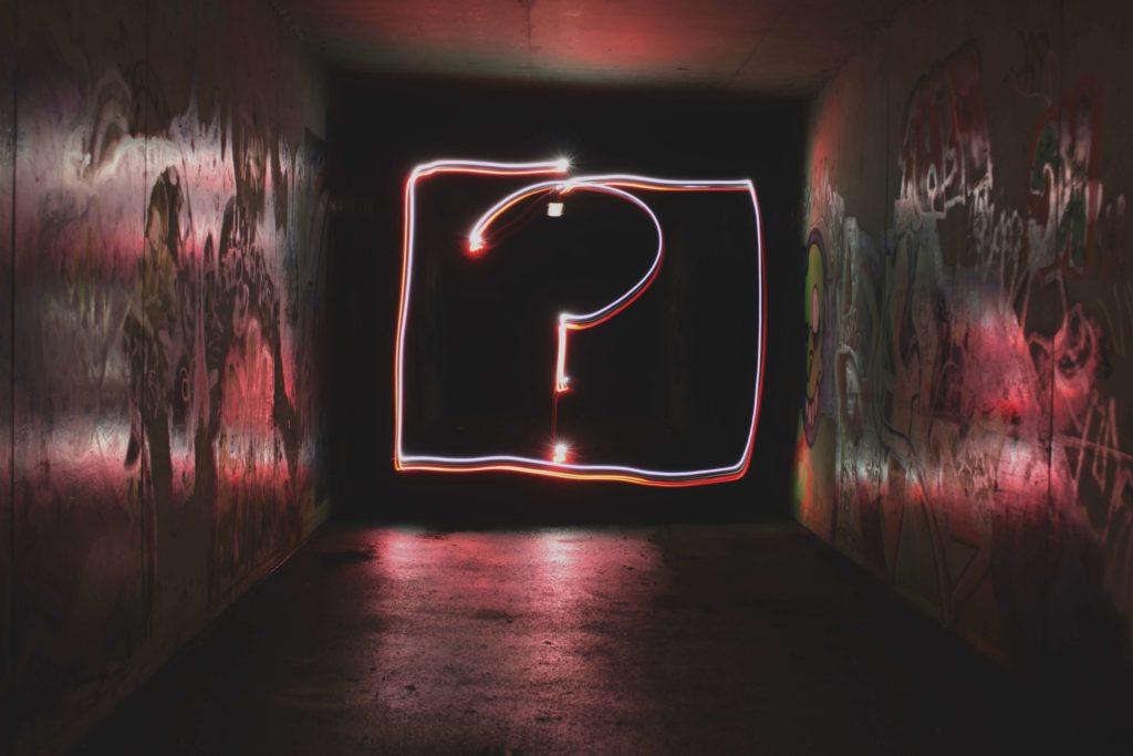 neon_znak_zapytania_Kasia_i_kod_ucze_sie_robic_ladny_internet_pink_question_mark